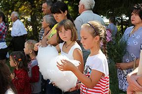 Дети имели возможность полакомиться сахарной ватой